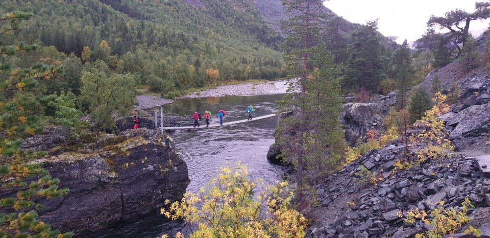 Vann bru folk på tur landskap