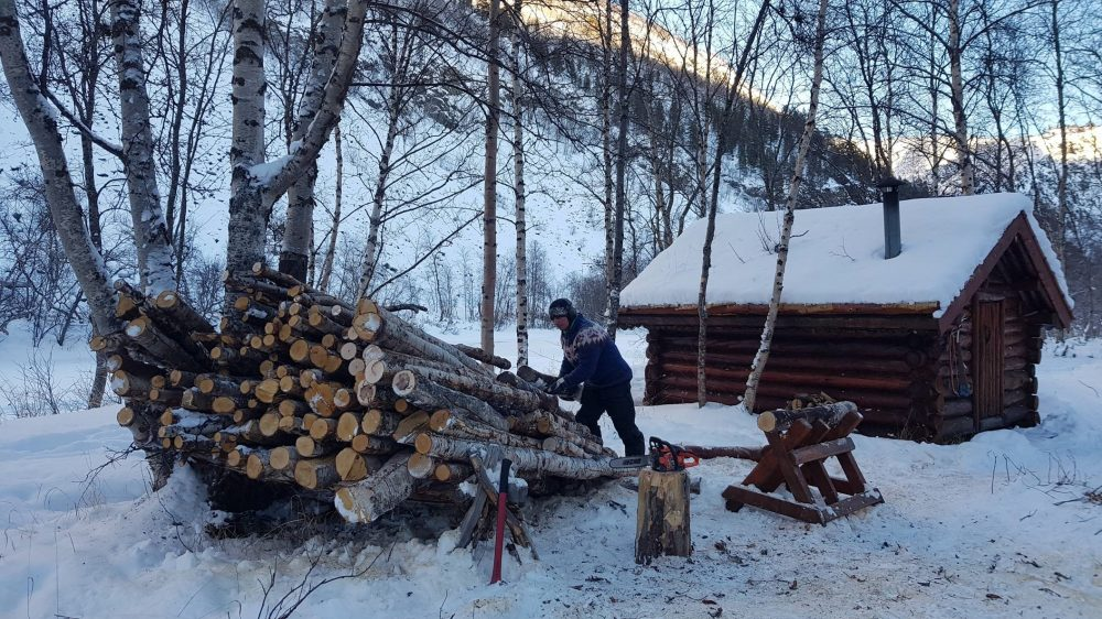 ved tømmer snø