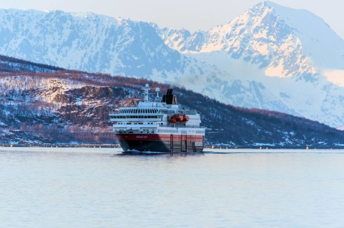 https://reisanasjonalpark.no/wp-content/uploads/hurtigruten-680x450.jpg